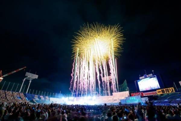 「2018 神宮外苑花火大会」夜空に12,000発の花火、ケミストリーのライブも