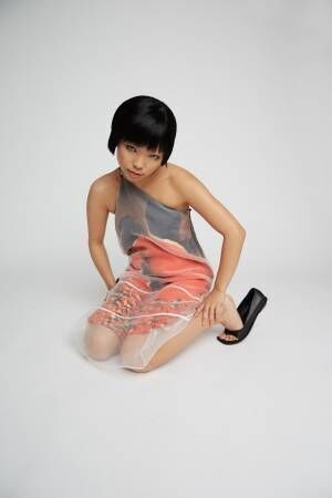 オープニングセレモニー×篠山紀信「nudé」双子モデルの写真をダイナミックにプリントしたトップスなど