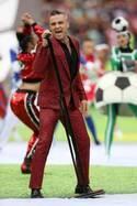 ロシアW杯開会式、ロビー・ウィリアムスが着用していたのはジバンシィのジャケット&パンツ