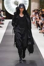 Y-3 2019年春夏コレクション - 風を纏い、空間を味方にする服