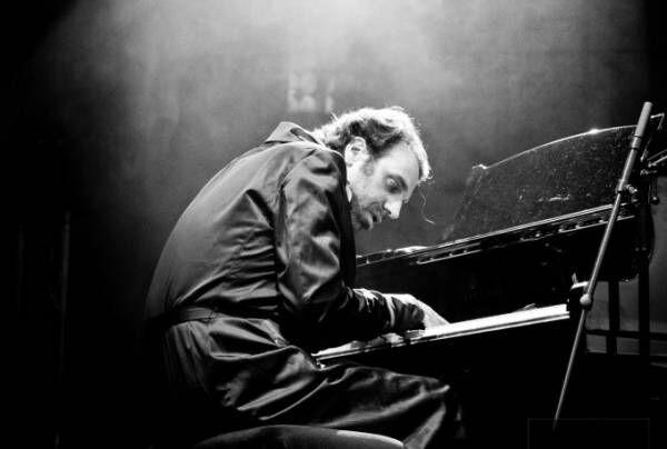 チリー・ゴンザレスのドキュメンタリー映画『黙ってピアノを弾いてくれ』狂気の天才ピアニストの魅力とは