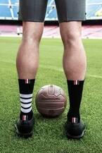 サッカークラブ「FCバルセロナ」オフィシャルスーツにトム ブラウンのテーラードを起用