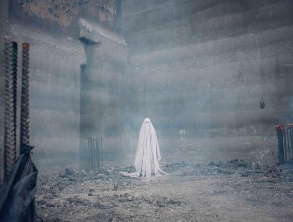 映画『A GHOST STORY/ア・ゴースト・ストーリー』幽霊となり残された妻を見守る男の物語