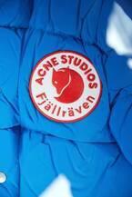 アクネ ストゥディオズ&フェールラーベンコラボ「カンケン」バッグやパッチで装飾したダウンジャケット