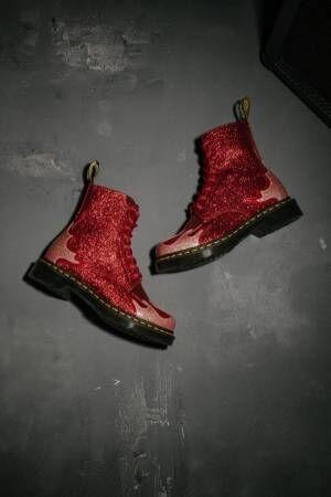 """ドクターマーチン""""炎""""が燃え上がる新作ブーツ、カスタムカーに着想したグリッターな装飾で"""