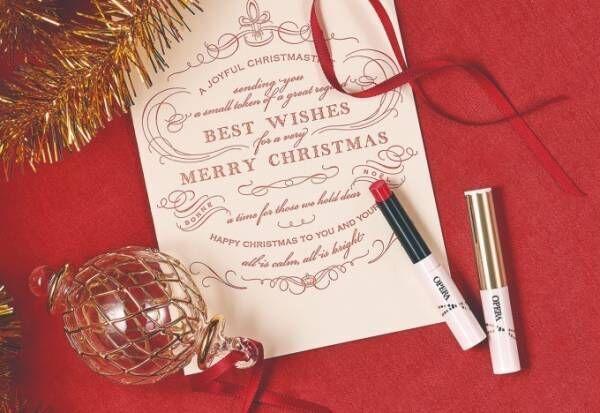 「オペラ シアーリップカラー N」のクリスマス限定カラー、星のように輝くラメを閉じ込めた青みレッド