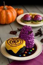 エッグスンシングスのハロウィン限定メニュー、漆黒のパンケーキ&紫のベネディクト