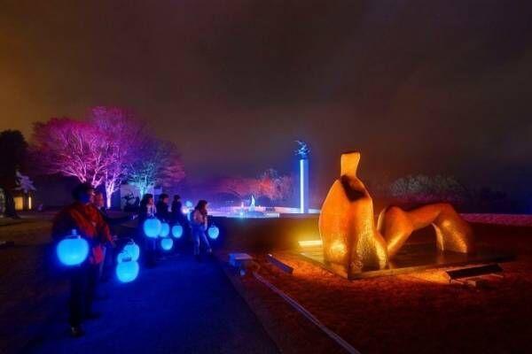 """箱根・彫刻の森美術館""""ライトアップに呼応して""""提灯の色が変化「箱根ナイトミュージアム」"""