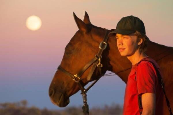"""映画『荒野にて』アンドリュー・ヘイ監督作、天涯孤独の少年が馬を連れ""""居場所を探す旅""""に出る"""