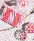 """ランコム""""パリのカフェ""""イメージの春コスメ、ブランドロゴ型チークやグリッターアイシャドウ"""