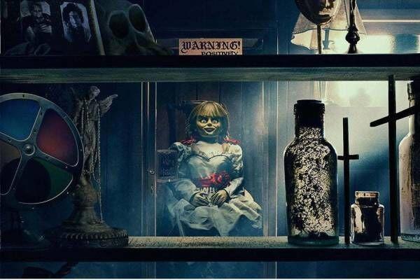 """映画『アナベル 死霊博物館』恐怖の""""アナベル人形""""再び、ウォーレン夫妻の保管室に呪いが放たれる"""