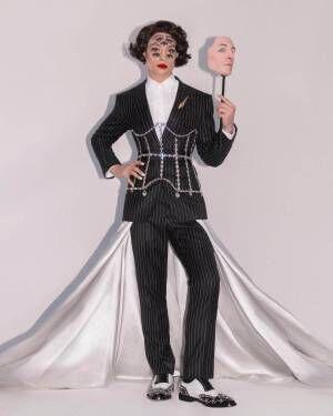 """エズラ・ミラー、バーバリーのスーツ&""""7つの目""""の特殊メイクでメットガラ2019に参加"""