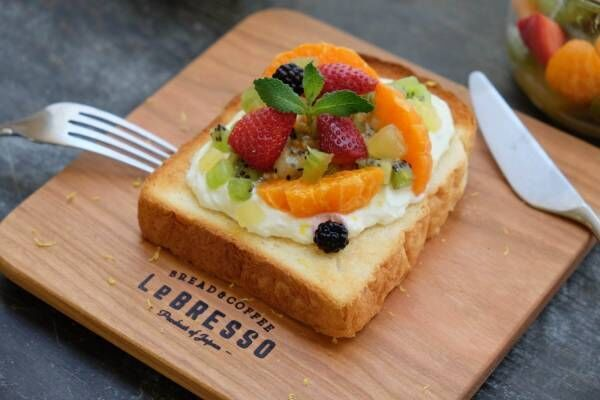 食パン専門店×コーヒースタンド「レブレッソ」から、苺やキウイたっぷりの夏限定フルーツトースト