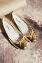 レペットの新作、パリのヴァンドーム広場から着想したメタリックゴールドのバレエシューズなど