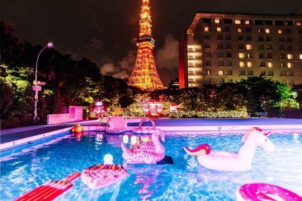 """東京プリンスホテルのナイトプール""""ネオンカラー""""のライトアップ&貝殻やアイスクリーム型浮き輪"""