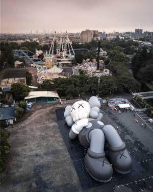 KAWS全長40m巨大キャラCOMPANIONが富士山の麓へ、限定イベント&グッズも