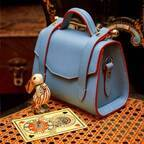 ストラスベリー『不思議の国のアリス』バッグが伊勢丹新宿店から、英国メーガン妃愛用ブランド