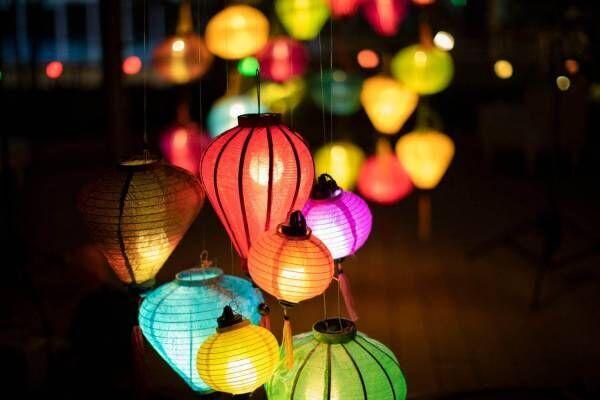 「ランタンナイト」横浜ベイクォーター屋上庭園で、カラフルで幻想的な光の空間