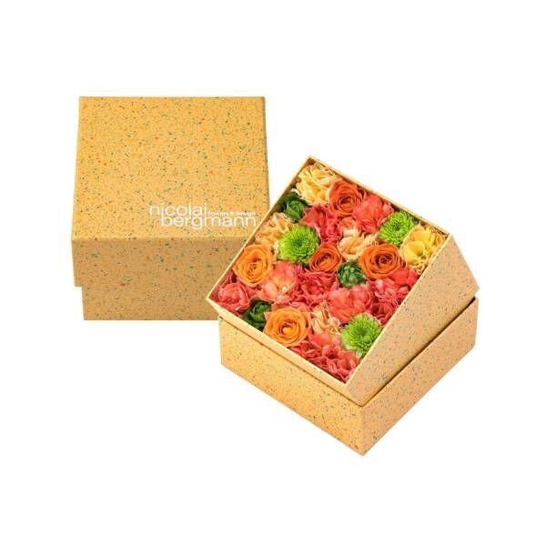 ニコライ バーグマン夏限定フラワーボックス、オレンジ×グリーンの花々をドット柄ボックスに詰めて