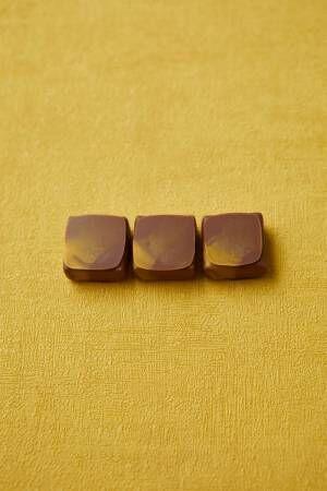 """ジャン=ポール・エヴァン黄色の新作ボンボンショコラ、ミルクチョコで包んだ""""小夏風味""""キャラメル"""