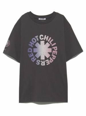 スナイデル「レッド・ホット・チリ・ペッパーズ」のロゴを配したTシャツ&タオル