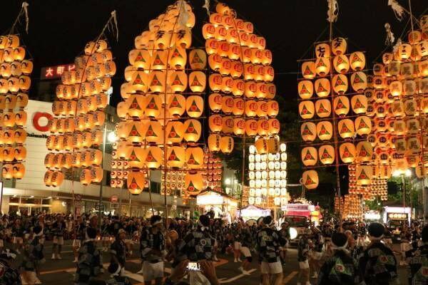 「秋田竿燈まつり」国重要無形民俗文化財指定、稲穂のように揺らめき輝く約280本の竿燈