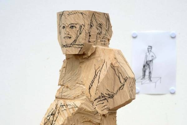 """ドイツの彫刻家「シュテファン・バルケンホール展」六本木で""""生き生きとした""""人物の彫刻作品"""