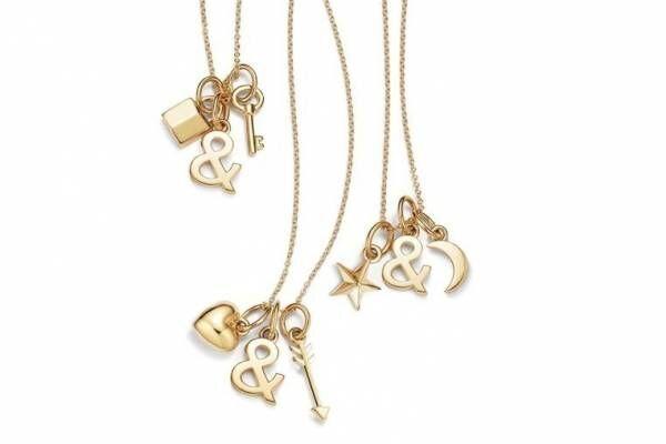 ティファニーの象徴「&」が星や鍵モチーフと揺れる新作チャームネックレス