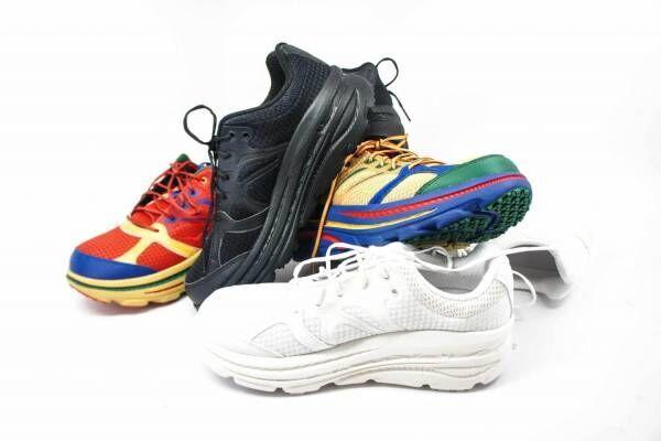 エンジニアド ガーメンツ×ホカ オネオネのスニーカー、左右で色の異なるランニングシューズ