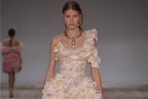 アレキサンダー・マックイーン 2020年春夏コレクション - 洋服と向き合う時間を見つめ直して