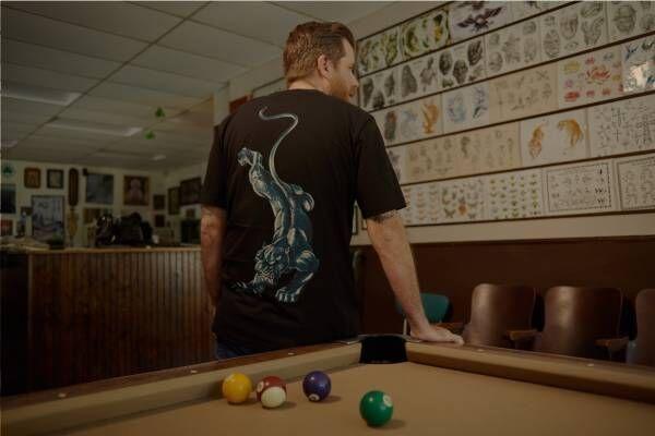 """ポール・スミス、ツバメの刺繍入りジャケットなど""""生きる伝説""""タトゥーアーティストとコラボ"""