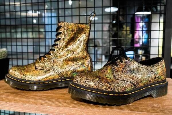 """ドクターマーチン""""虹色""""に煌めくゴールドブーツがクリスマスに、""""ハート柄""""バレンタインシューズも"""
