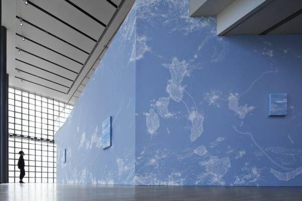 銀座メゾンエルメス フォーラムで展覧会「コズミック・ガーデン」青のグラデーションで表現する宇宙の時空