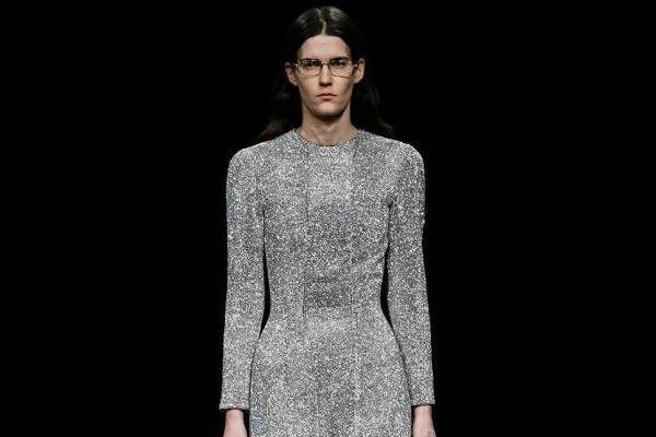 バレンシアガ 20年ウィンターコレクション - 漆黒の世界で、ドレスコードの意味を見つめなおす