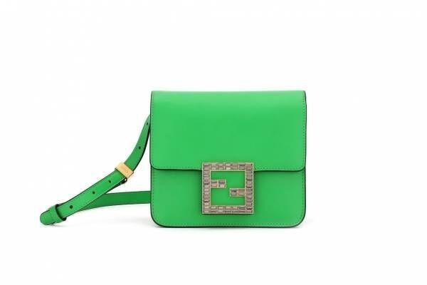 フェンディ新作バッグ「フェンディ ファブ」FFロゴのクリスタルバックルを配したレザーバッグ