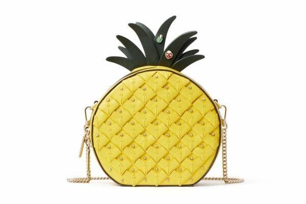 """ケイト・スペード20年夏の新作バッグ、パイナップルやリンゴ型の""""昆虫""""つきレザーバッグなど"""