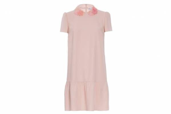 """レッド ヴァレンティノから""""桜色""""限定ドレス、襟元にオーガンザの花を咲かせて"""