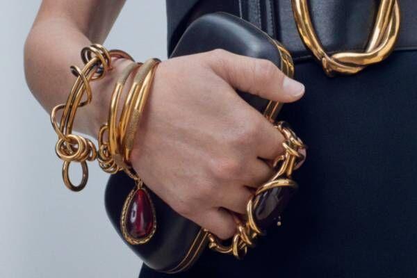 アレキサンダー・マックイーンの新作ジュエリー、アンティークゴールドのネックレスやリング