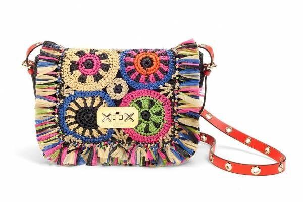 レッド ヴァレンティノの新作バッグ、カラフル手編みラフィアのクロスボディ&トート