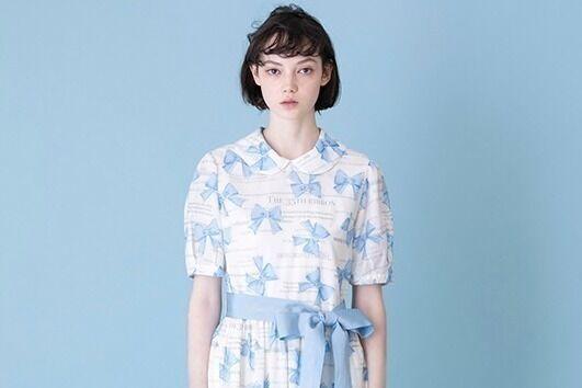 """ジェーンマープル""""カラフルリボン""""の丸襟ワンピースやTシャツ、メッセージリボン付きハットも"""