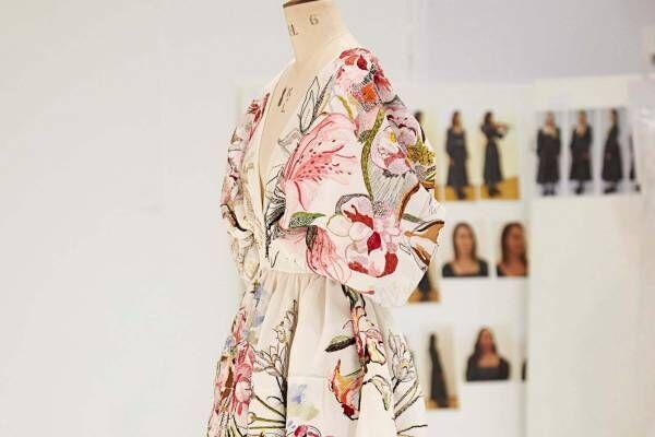 """アレキサンダー・マックイーン""""絵画""""のようなドレスが誕生するまで、20年春夏の制作裏を公開"""