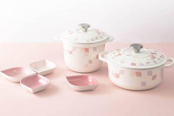 """ル・クルーゼ""""花びら""""がひらりと舞う「ペタル」キッチンウェア、ココット鍋や小皿セット"""
