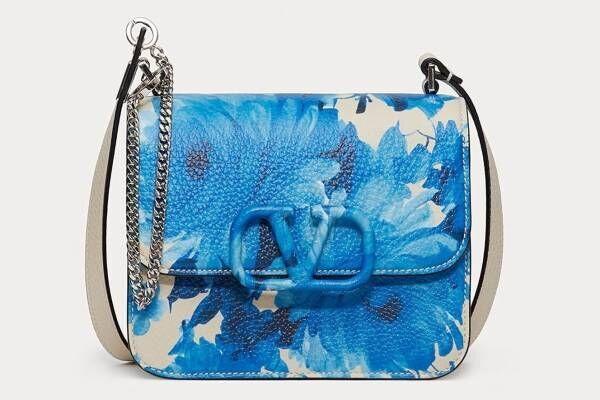 """ヴァレンティノ""""陶器の花柄""""着想の新作、ブルーフラワーが咲き誇るドレス&バッグ"""