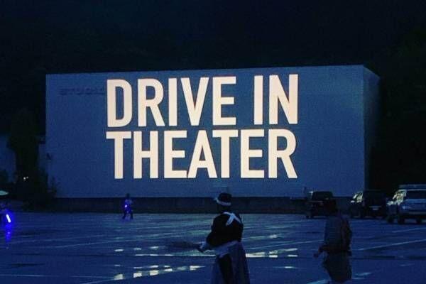 栃木・江戸ワンダーランド日光江戸村で「ドライブイン・シアター」車に乗ったまま大スクリーンで映画鑑賞