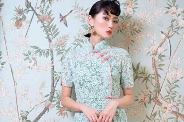 ケイタ マルヤマの新作チャイナドレス、フェミニンレースや鮮やかなフラワー柄