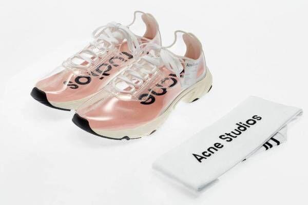 """アクネ ストゥディオズの""""無色透明""""シースルーシューズ、N3W スニーカーそっくりの靴下付き"""