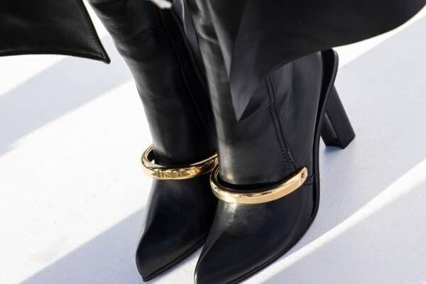 アレキサンダー・マックイーンの新作「ピーク」ブーツ、ジュエリー着想のメタルパーツを添えたアッパー