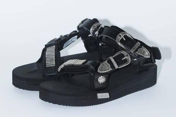 トーガ×スイコック第3弾シューズ、メタルパーツを配したストラップサンダルやブーツ