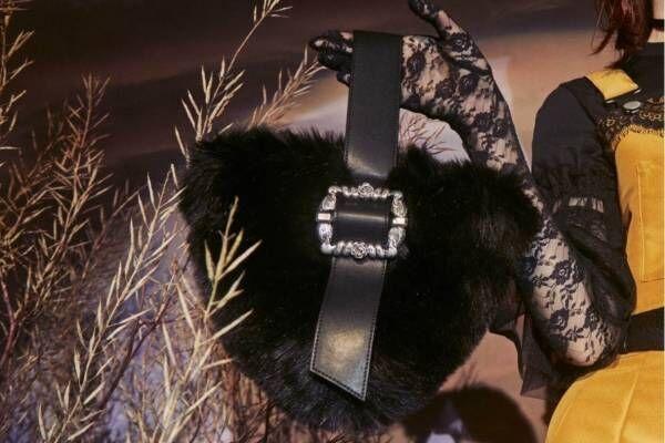 """パメオポーズ「白鳥やバラ」モチーフのバックルアクセ&ふわふわファーの""""逆三角形""""バッグ"""