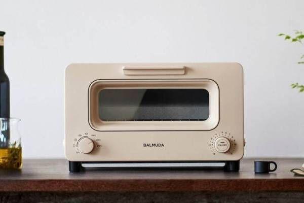 """バルミューダのトースターが進化、新色ベージュ&緻密な温度制御で""""サクふわ""""焼き立てパンを再現"""